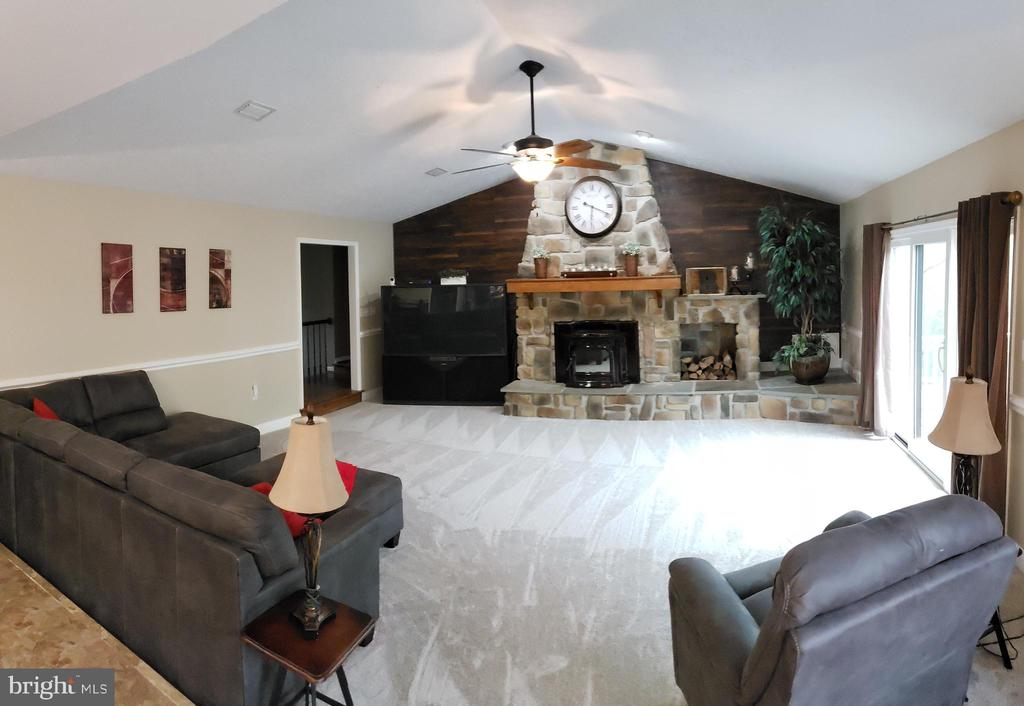 Living Room with Cathedral Ceilings - 2714 JAY BIRD CT, KNOXVILLE