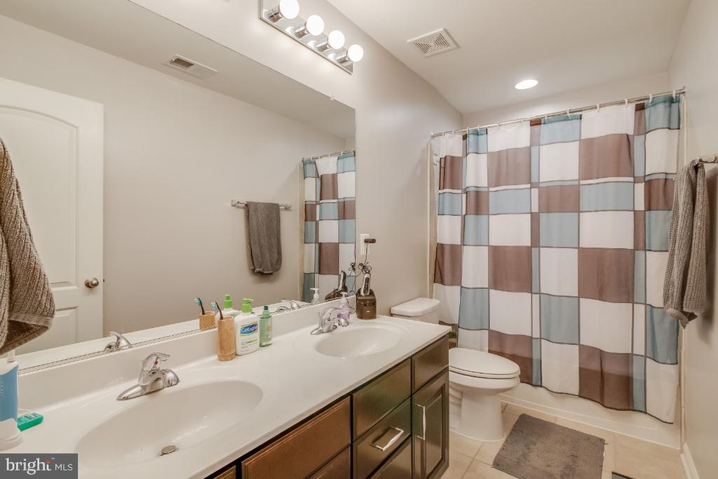 Guest Bathroom - 6008 FOX HAVEN CT, WOODBRIDGE