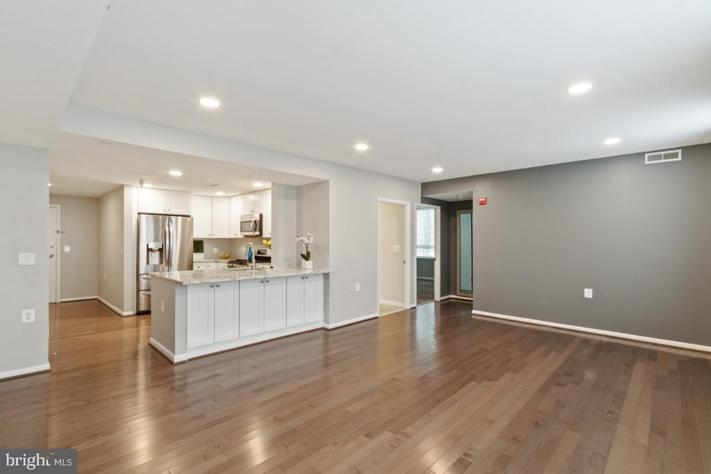Kitchen w/Breakfast Bar and hardwoods floors - 350 G ST SW #N224, WASHINGTON