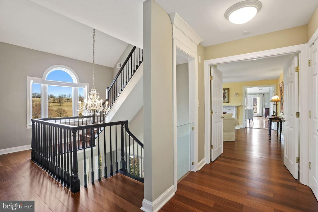 2nd floor hallway into the master suite. - 15929 BRIDLEPATH LN, PAEONIAN SPRINGS