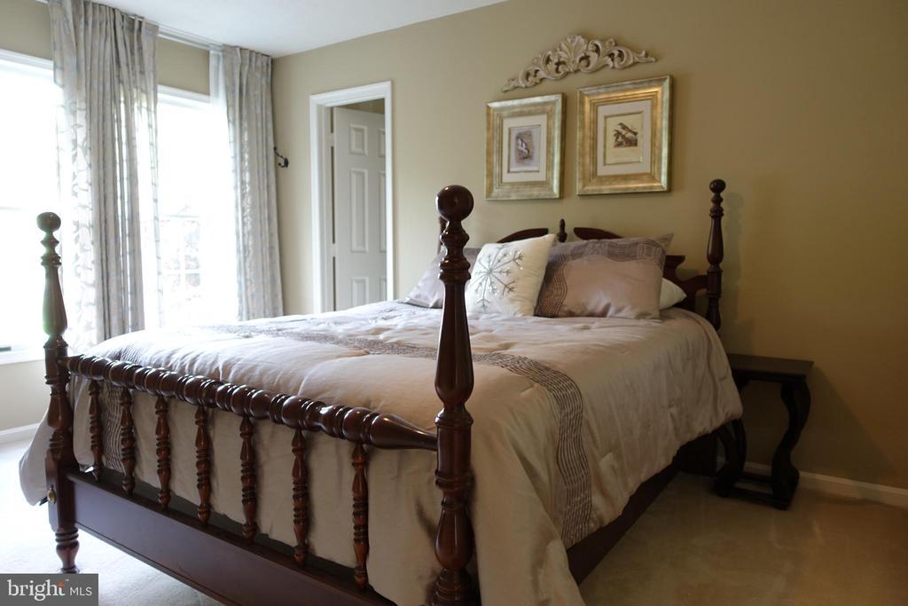Guest Bedroom with En-Suite Bathroom - 6507 BURKE WOODS DR, BURKE