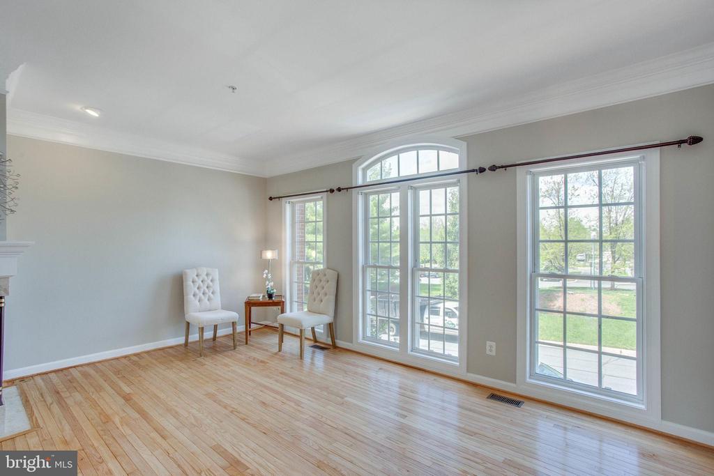 Newly finished hardwood floors are shining - 43771 APACHE WELLS TER, LEESBURG