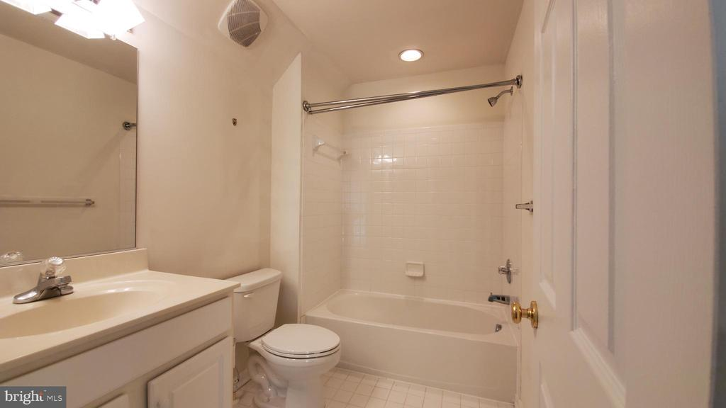 3rd level full bath - 18805 PIER TRAIL DR, TRIANGLE