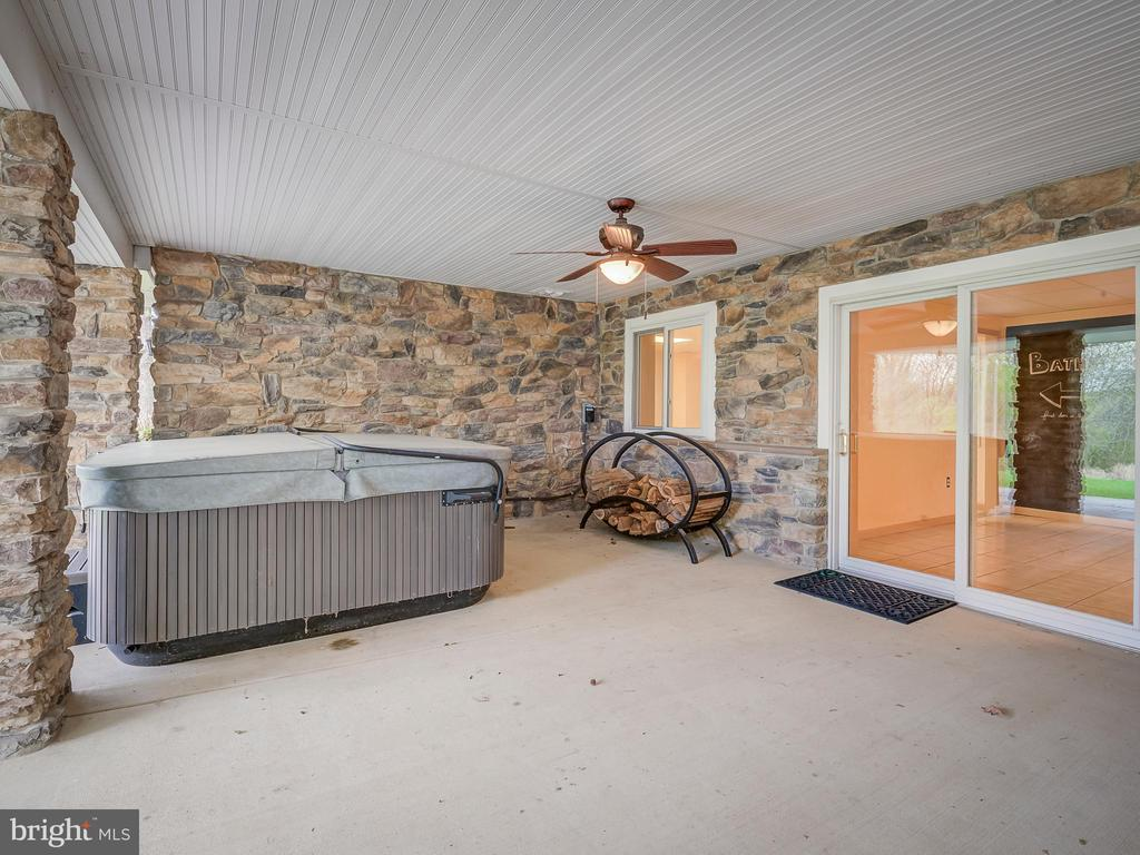 Marvelous Hot Tub/Spa Covered and Convenient - 5917 WILD FLOWER CT, ROCKVILLE