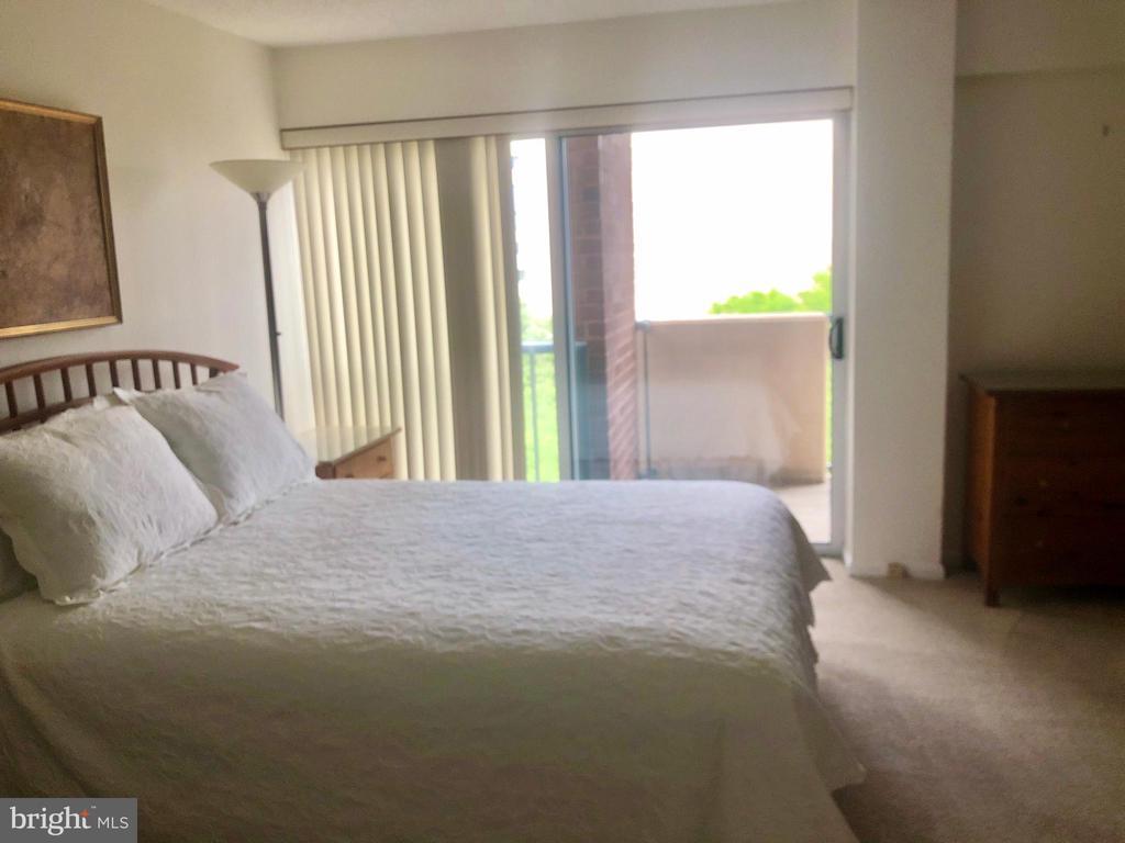 Master Bedroom Suite #1 w/balcony - 1300 ARMY NAVY DR #1012, ARLINGTON