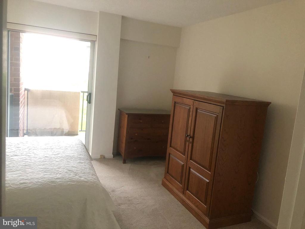 Master Bedroom Suite - 1300 ARMY NAVY DR #1012, ARLINGTON