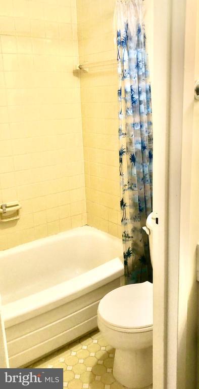 Bathroom w/Tub.Shower Combo - 1300 ARMY NAVY DR #1012, ARLINGTON