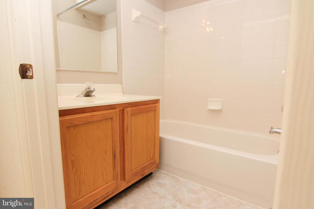 Second full bath upper level - 9812 SPANISH OAK WAY #118, BOWIE