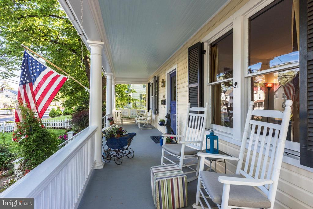 Watch Leesburg's 3 annual parades from front porch - 407 S KING ST, LEESBURG