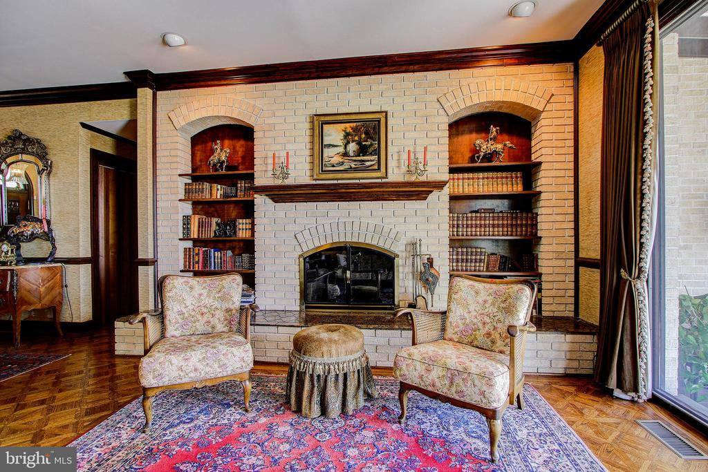 Main Level Family Room - Fireplace with Built-Ins - 3905 BELLE RIVE TER, ALEXANDRIA