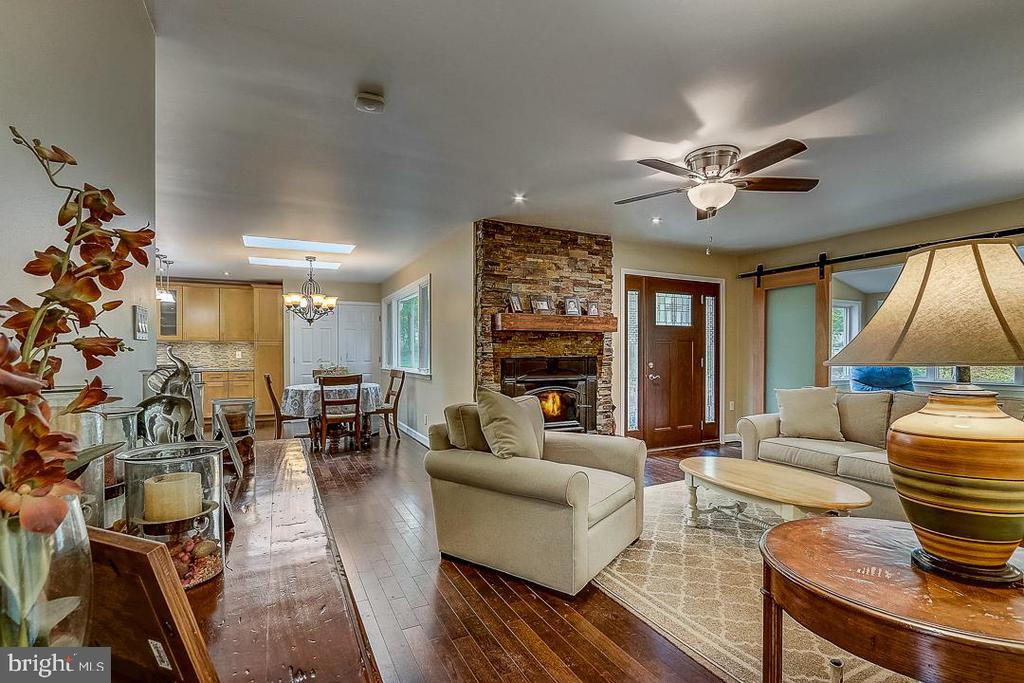 Warm & comfortable living space - 1735 WESTMORELAND TRL, ANNAPOLIS