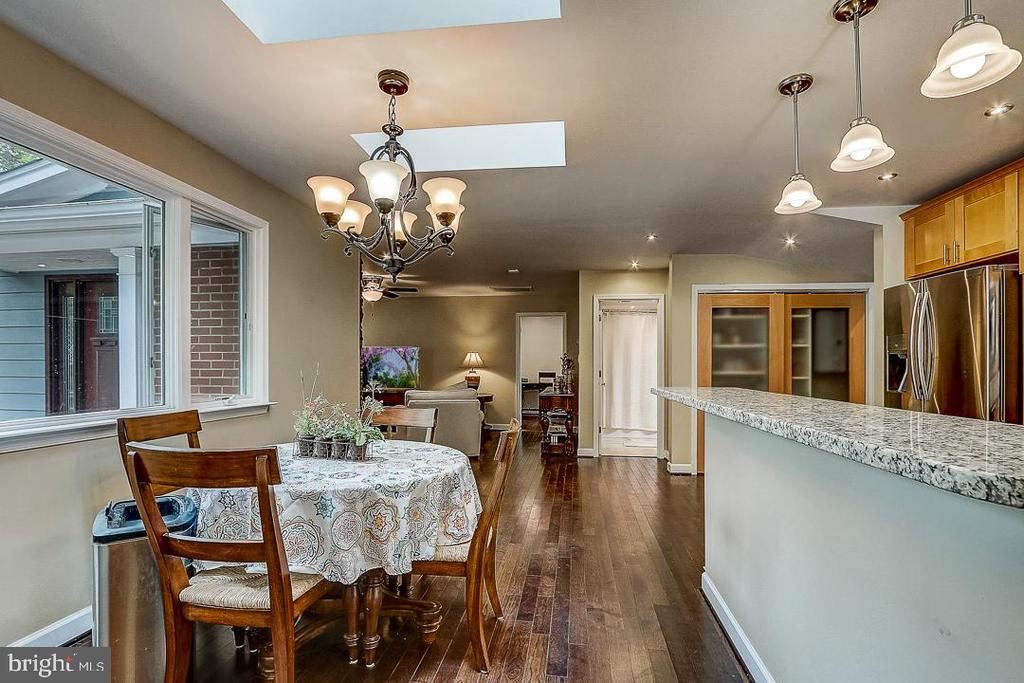 Table space & counter spacefor seating - 1735 WESTMORELAND TRL, ANNAPOLIS