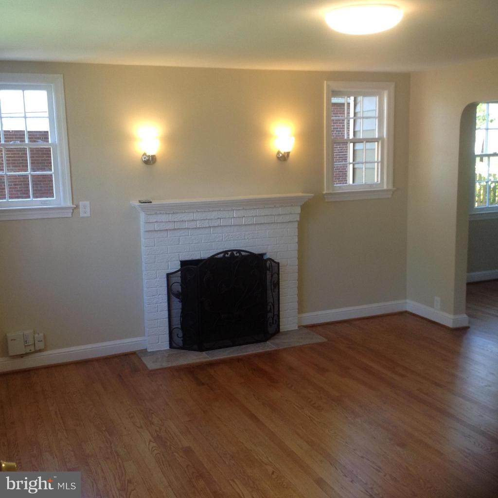 Main Level Living With Fireplace - 604 N EMERSON ST, ARLINGTON