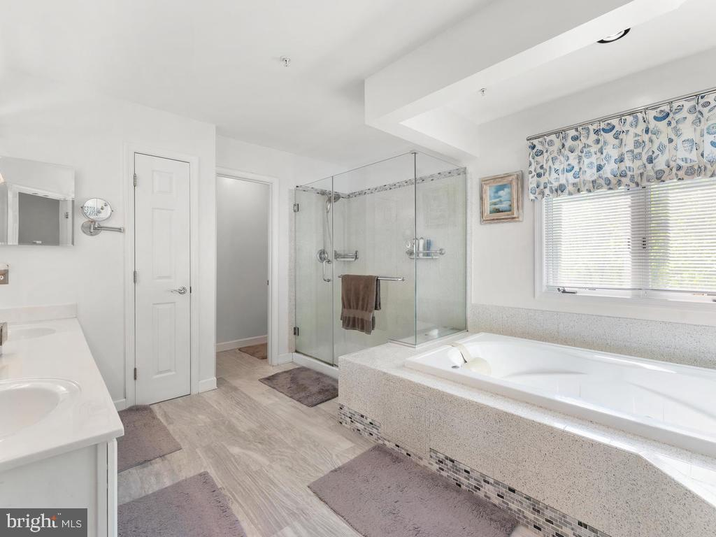 Master Ensuite Bath with Whirlpool Tub - 4311 WOODBERRY ST, UNIVERSITY PARK