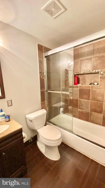 Upper lever Second full Bath - 13722 SMALLWOOD CT, CHANTILLY