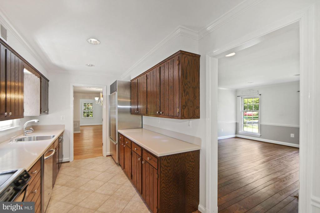 Kitchen adjacent to family room, easily opened up - 7808 CHARLESTON DR, BETHESDA