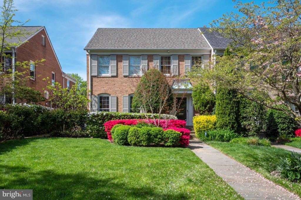 Solid brick Miller built end unit rowhouse - 4732 MASSACHUSETTS AVE NW, WASHINGTON