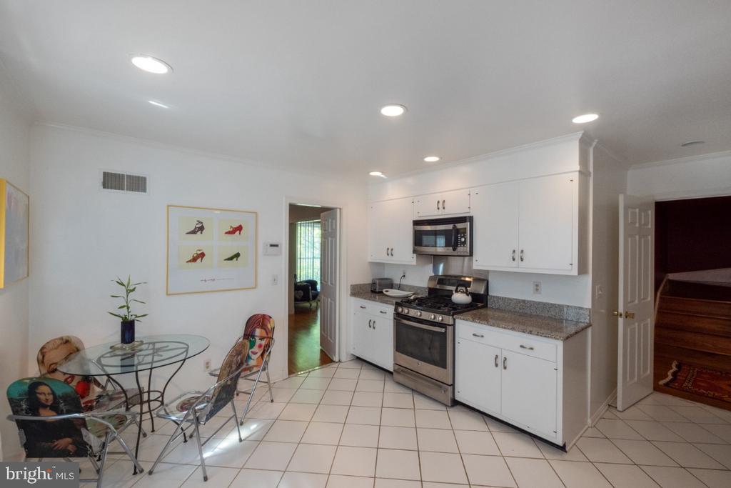 Gas cooking & swinging door to dining room - 4732 MASSACHUSETTS AVE NW, WASHINGTON