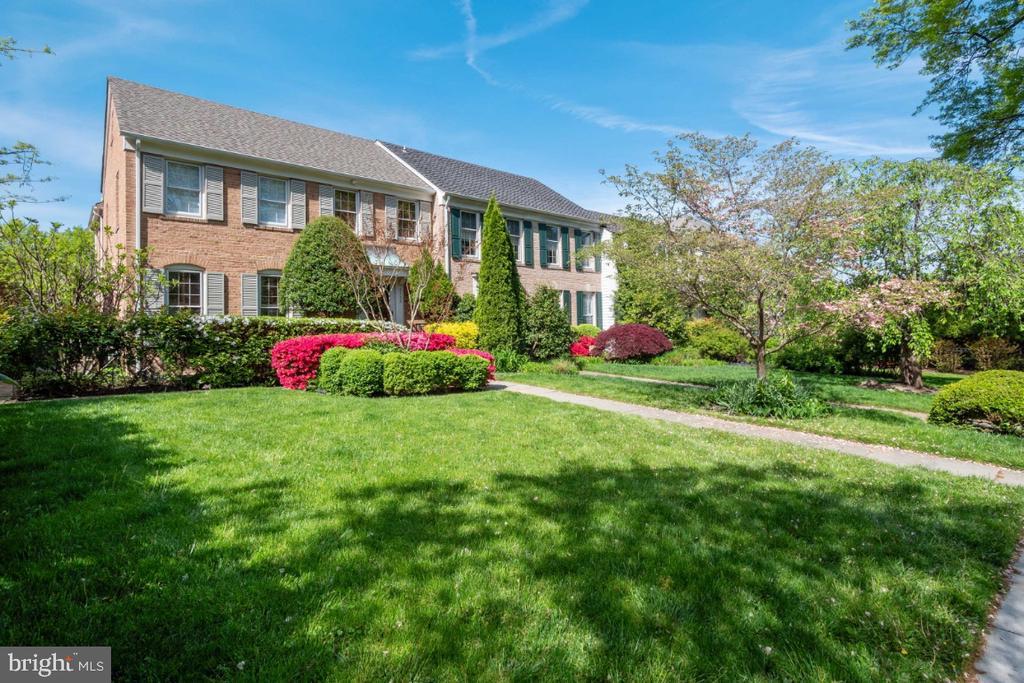Generous front yard - 4732 MASSACHUSETTS AVE NW, WASHINGTON