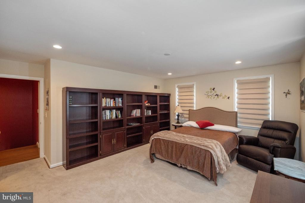Bedroom # 2 with built-in bookcases - 4732 MASSACHUSETTS AVE NW, WASHINGTON