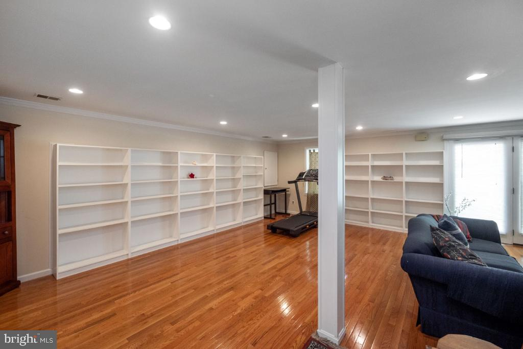 Family room with lots of built-in bookcases - 4732 MASSACHUSETTS AVE NW, WASHINGTON