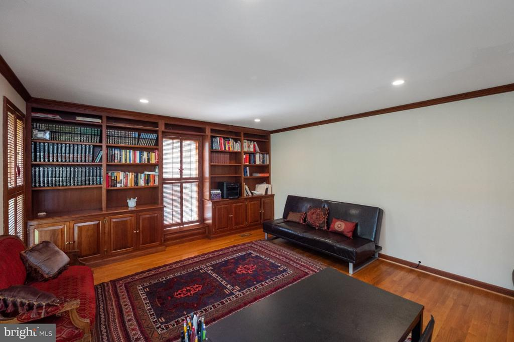 Built-in book shelves and cabinet - 4732 MASSACHUSETTS AVE NW, WASHINGTON