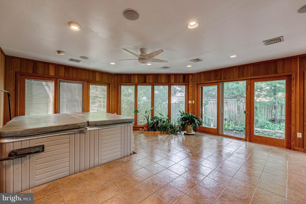 Sunroom w/Hot Tub to Convey or Remove - 2710 N WYOMING ST, ARLINGTON