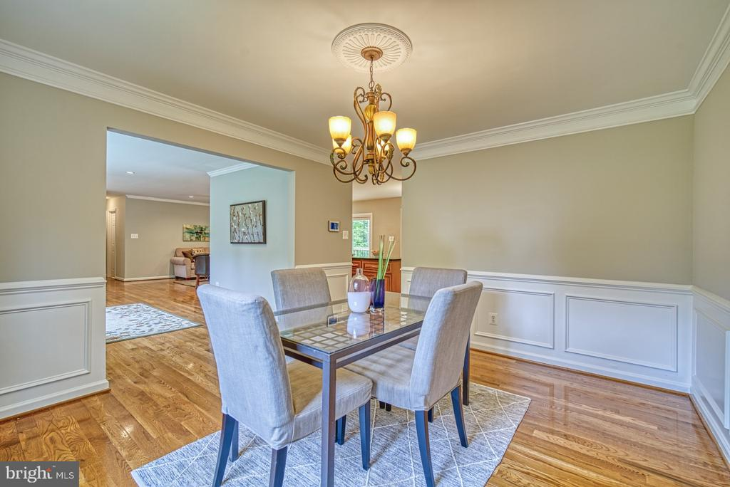Formal dining room with boxed trim and crown - 4913 PHEASANT RIDGE RD, FAIRFAX