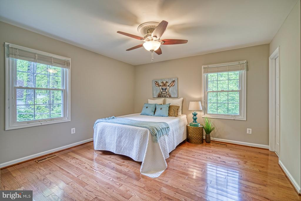 Master bedroom with hardwood floors - 4913 PHEASANT RIDGE RD, FAIRFAX