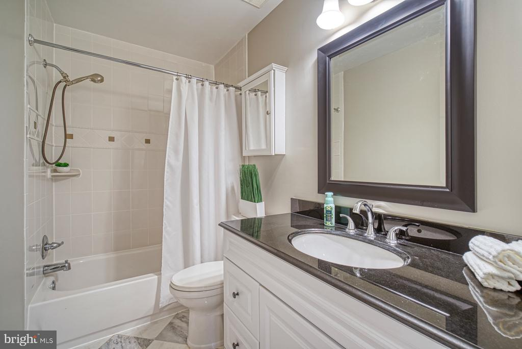 Updated hall bathroom - 4913 PHEASANT RIDGE RD, FAIRFAX