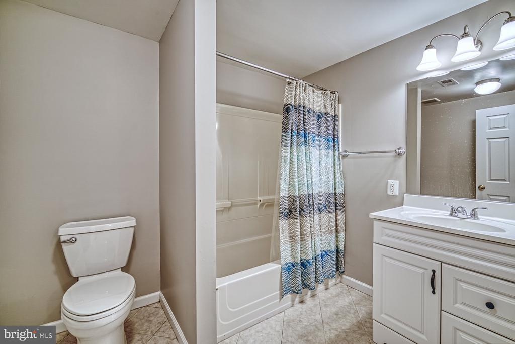 Lower level full bathroom - 4913 PHEASANT RIDGE RD, FAIRFAX
