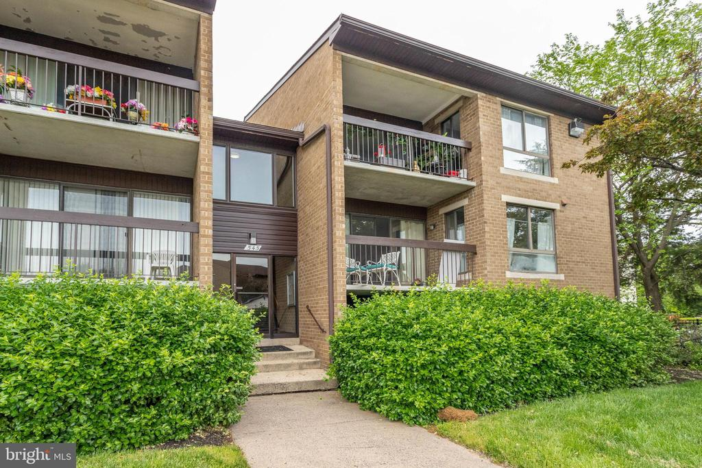 Welcome Home to this move-in ready condo - 545 FLORIDA AVE #T1, HERNDON