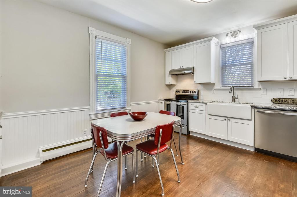 Table space in the kitchen - 118 CATOCTIN CIR NE, LEESBURG