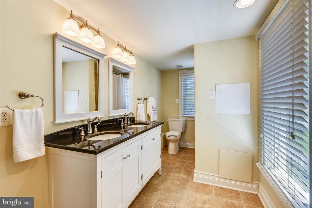 Full bath upstairs - 118 CATOCTIN CIR NE, LEESBURG