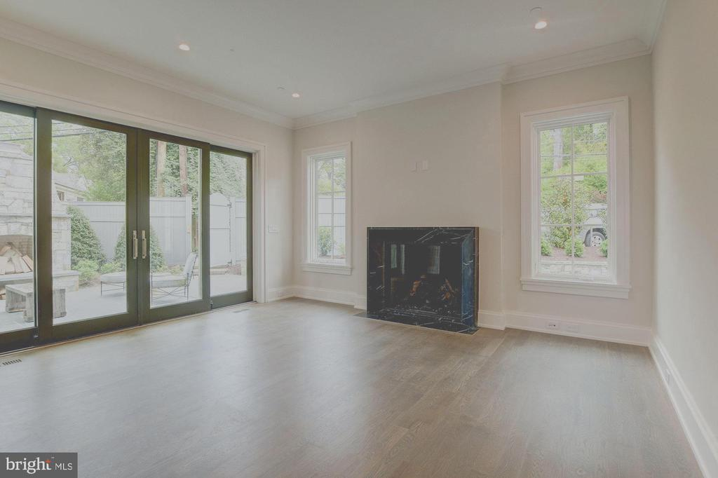 Family Room w gas fireplace w marble surround - 2860 UNIVERSITY TER NW, WASHINGTON