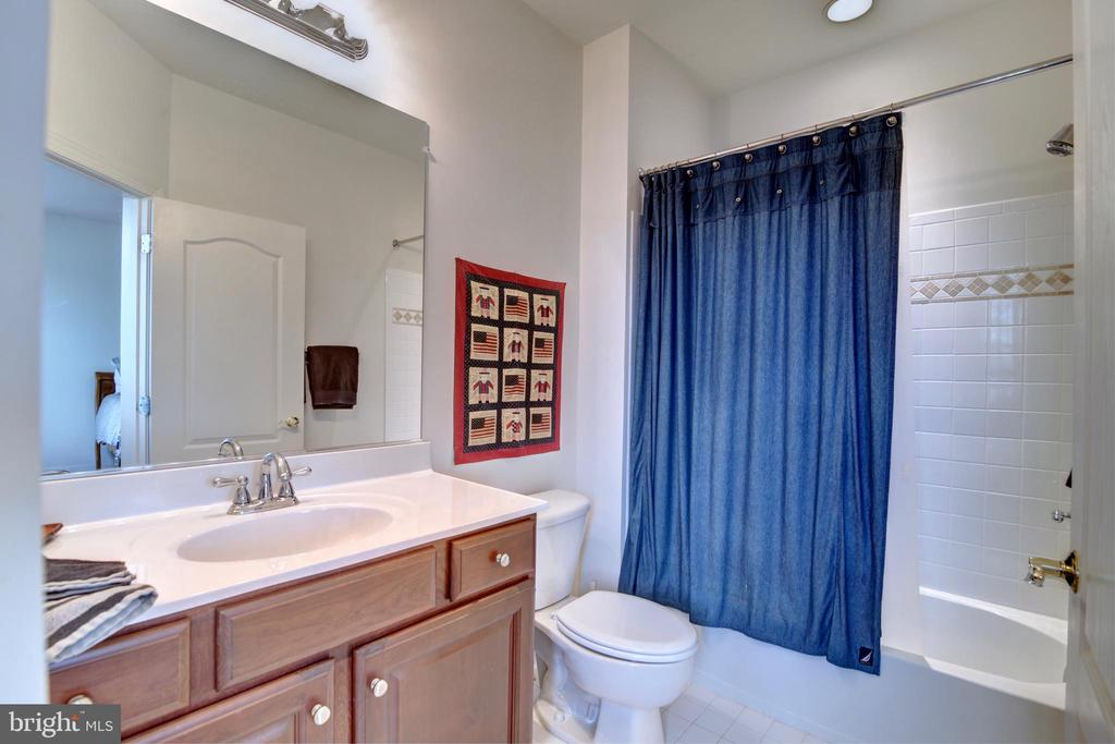 Bedroom 2 with Private Bath - 22077 OATLANDS RD, ALDIE