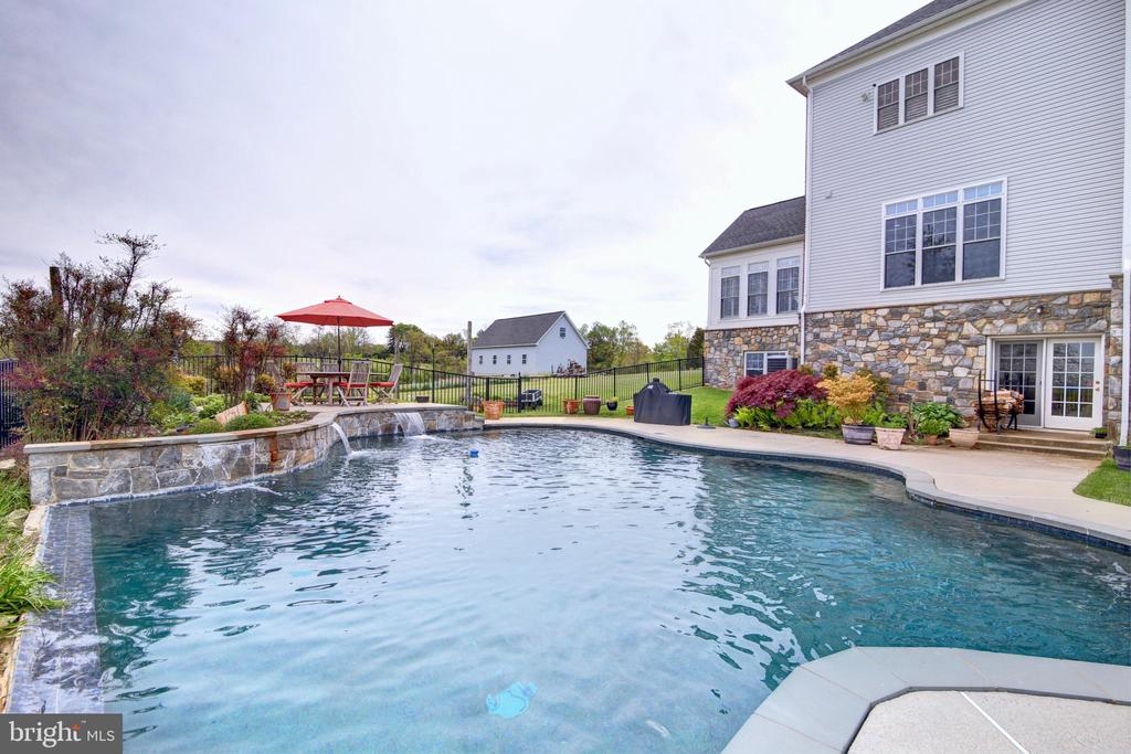 27 Gallon Pool with self cleaning system - 22077 OATLANDS RD, ALDIE