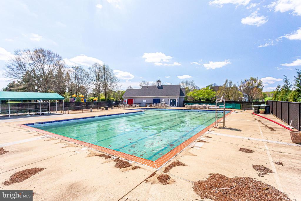 Walking Distance to Community Pool - 10811 CRIPPEN VALE CT, RESTON