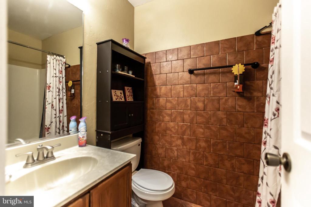 Upstairs Hall Bathroom - 11260 REMINGTON RD, BEALETON