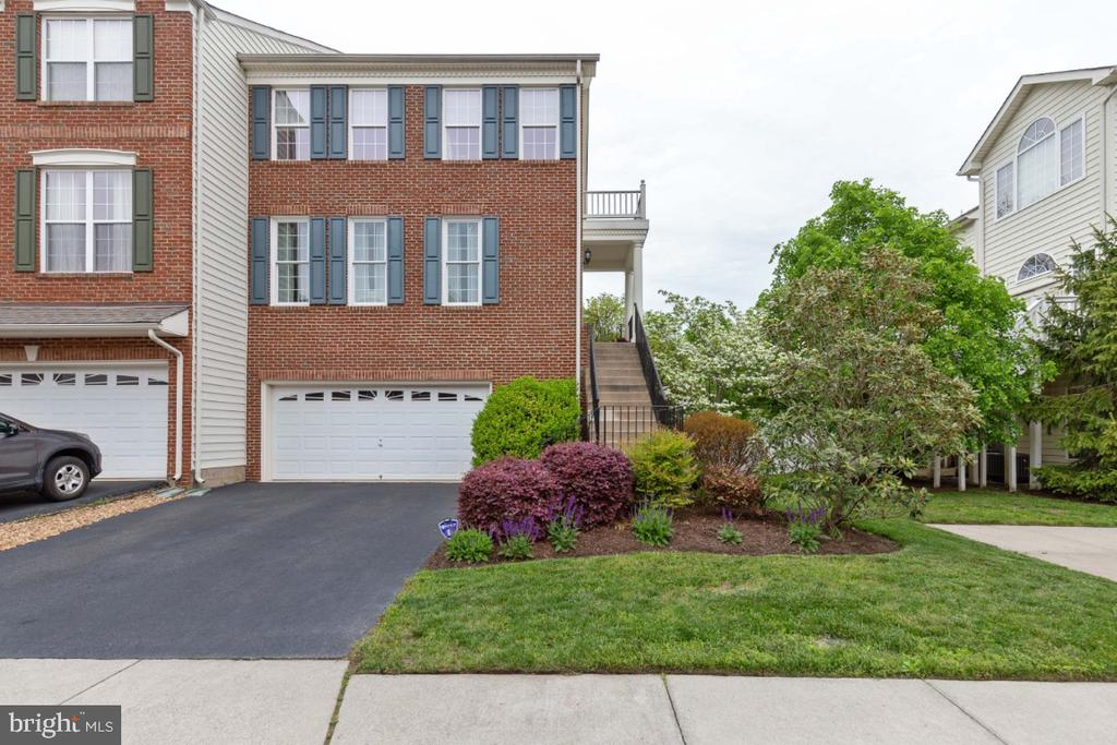Beautiful EndUnit Townhome in Belmont Country Club - 43392 FRENCHMANS CREEK TER, ASHBURN