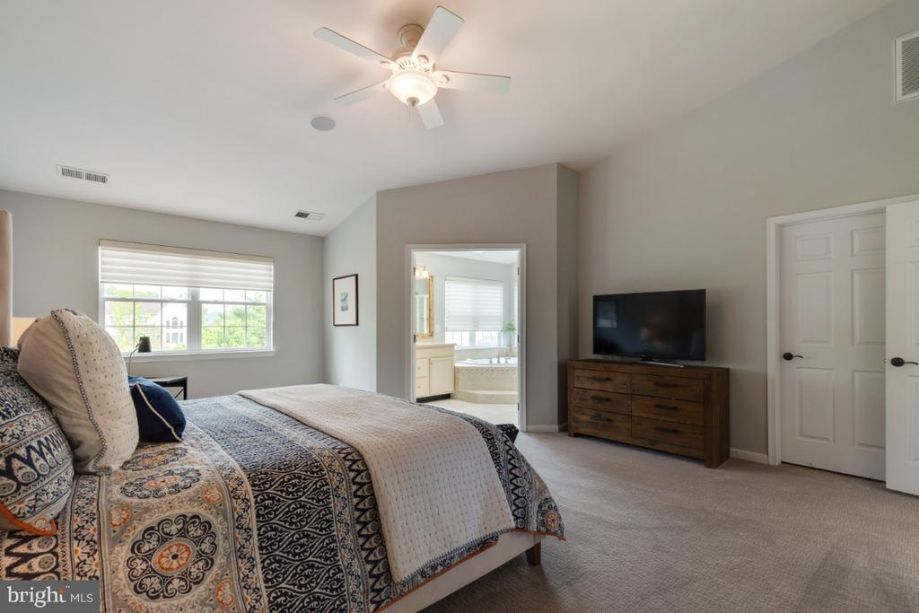 Master Bedroom Suite with Dual Walk-in Closets - 43392 FRENCHMANS CREEK TER, ASHBURN