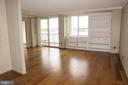 View of living room from entrance to apartment - 501 SLATERS LN #823, ALEXANDRIA