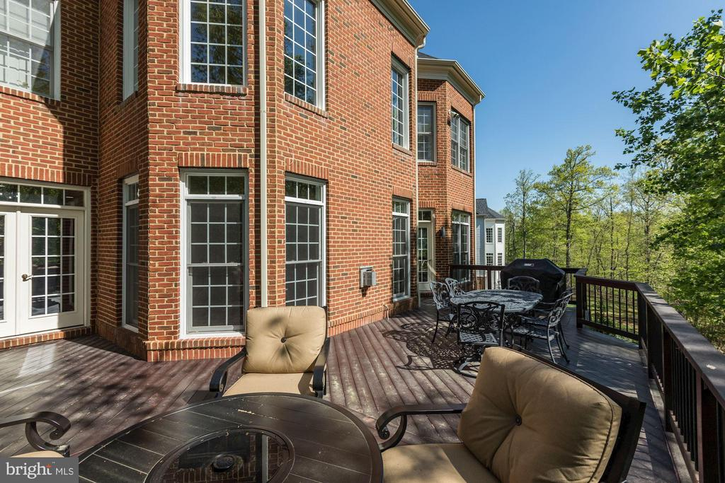 Teak wood deck with wrought iron spindles - 43285 OVERVIEW PL, LEESBURG