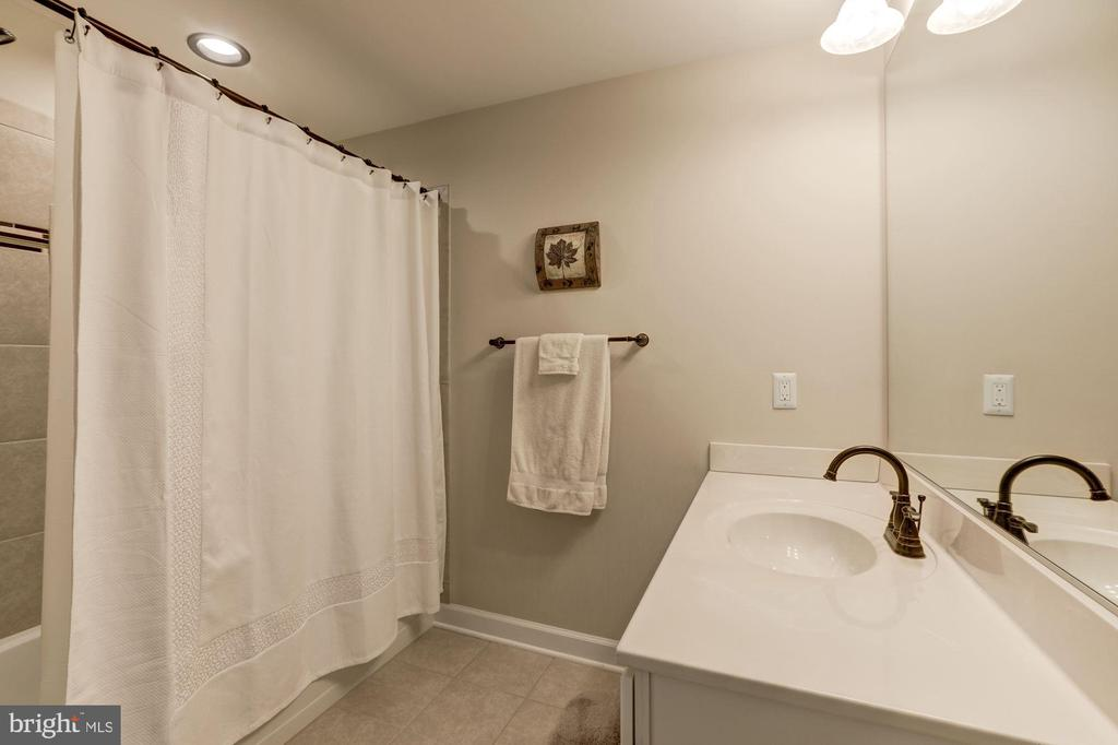 Full bath in lower leve - 43285 OVERVIEW PL, LEESBURG