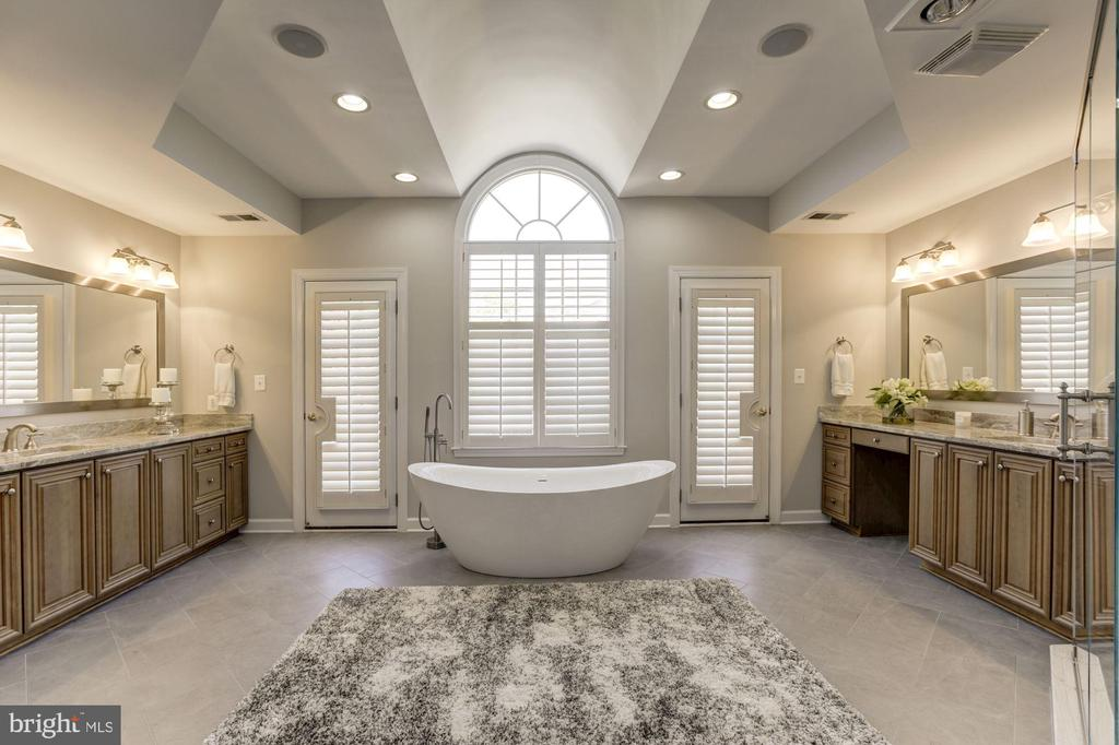 Luxurious mast bath with 2 doors to balcony - 43285 OVERVIEW PL, LEESBURG