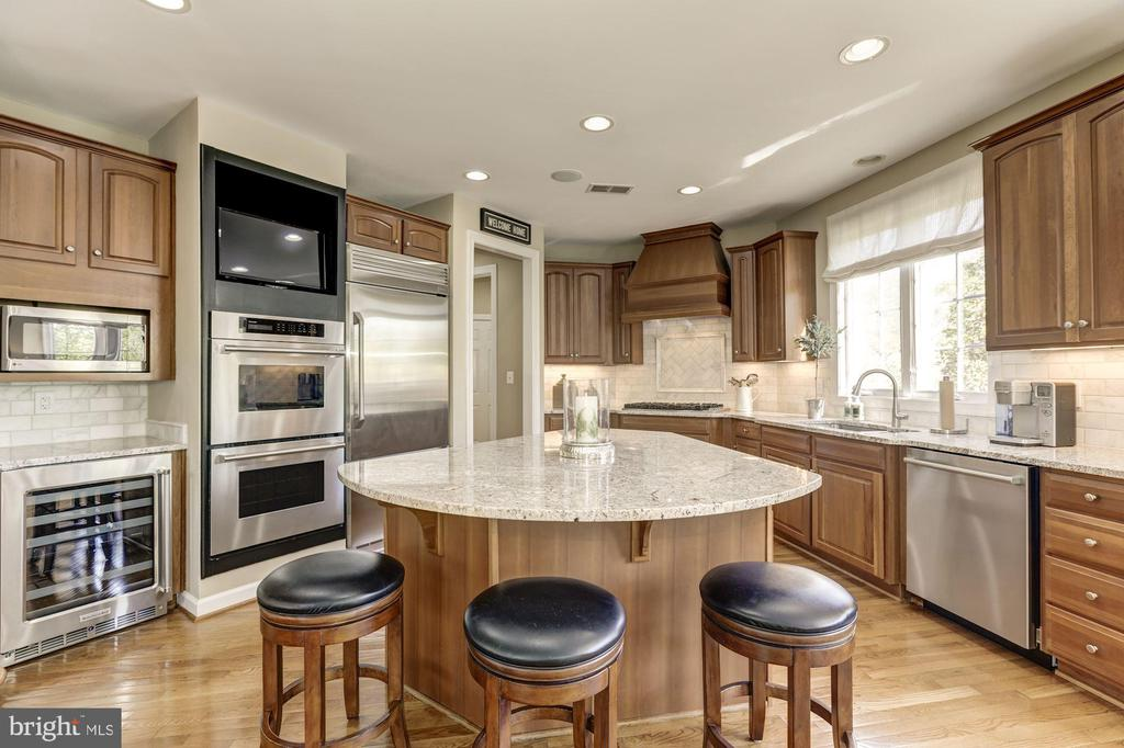Large kitchen island for entertaining - 43285 OVERVIEW PL, LEESBURG