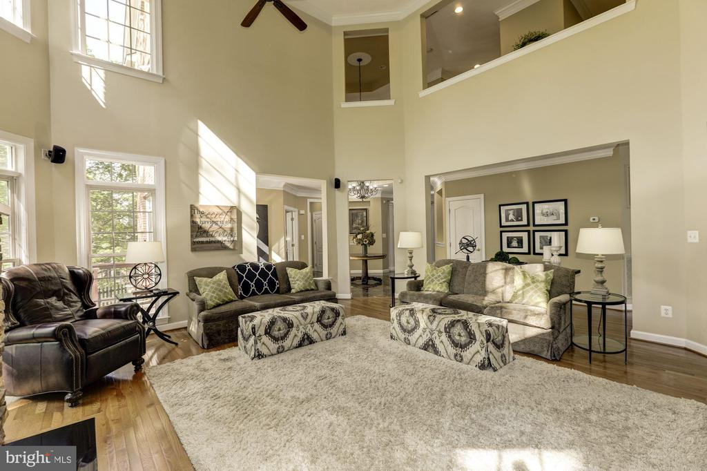 2 story family room with recessed lights - 43285 OVERVIEW PL, LEESBURG