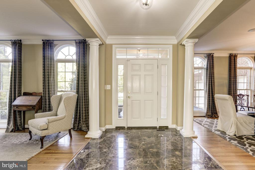 Gracious open front foyer with marble - 43285 OVERVIEW PL, LEESBURG
