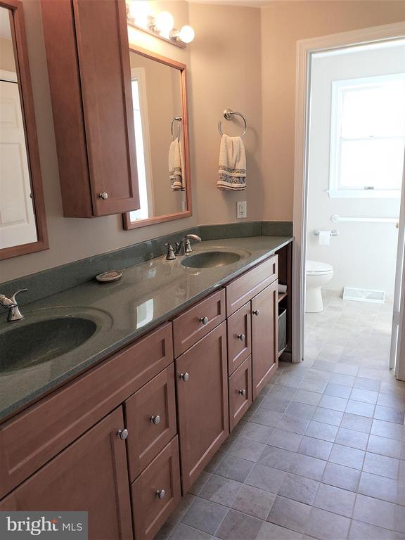 Master Bath- dual vanity - 11629 DUTCHMANS CREEK RD, LOVETTSVILLE