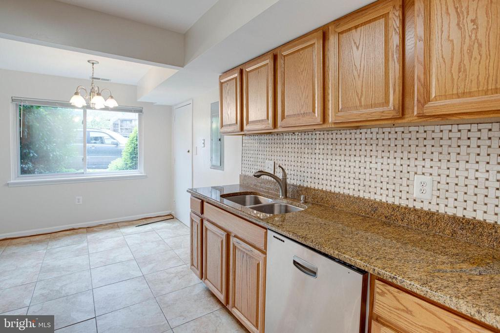 Kitchen with lots of counter space - 545 FLORIDA AVE #T1, HERNDON